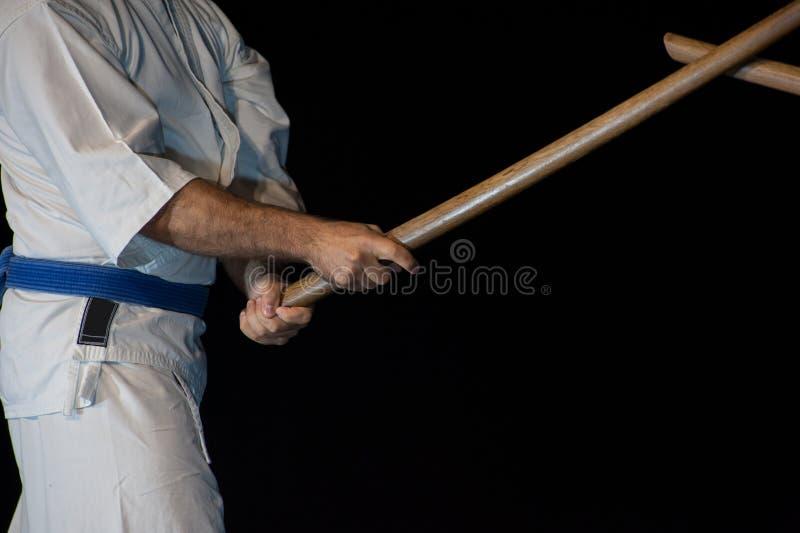 Lutador azul do aikido da correia na posição de ataque imagem de stock