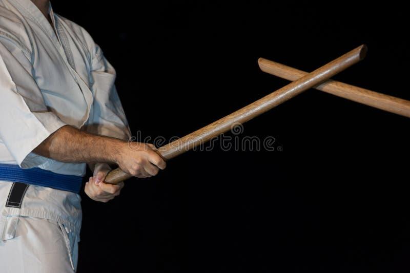 Lutador azul do aikido da correia na posição de ataque imagens de stock royalty free