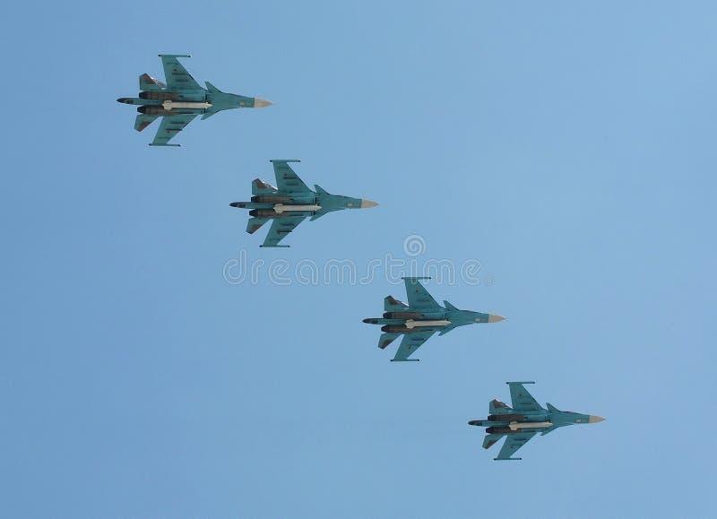 Lutador-bombardeiros Multirole Su-34 Ensaio de parada em honra do aniversário 71 da vitória imagem de stock