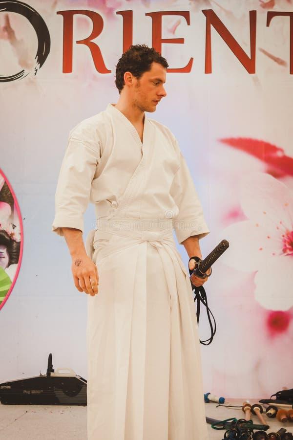 Lutador da espada de Katana no festival de Oriente em Milão, Itália foto de stock