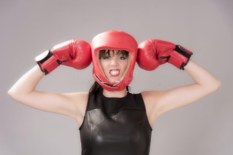 Lutador da mulher que veste uma cabeceira e umas luvas de encaixotamento vermelhas imagem de stock royalty free