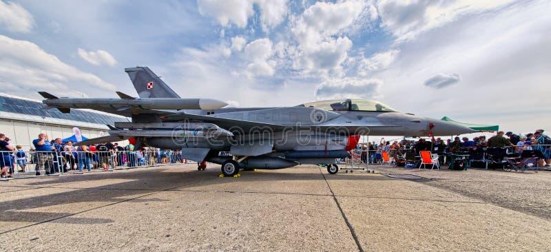 Lutador de jato F-16 polonês em Radom Airshow, Polônia imagem de stock