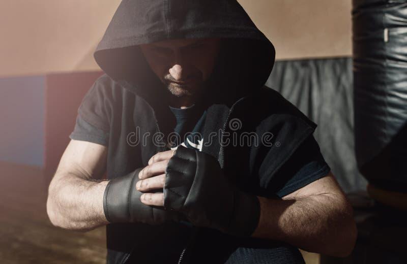 Lutador de rua agressivo pronto para lutar fotos de stock royalty free