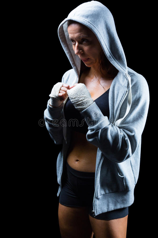 Lutador fêmea na capa com posição de combate fotografia de stock royalty free