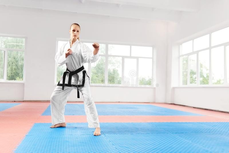 Lutador fêmea que está na pose com os punhos apertados prontos para a batalha fotos de stock