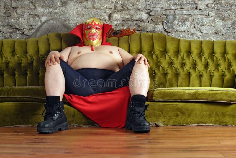 Lutador mexicano que senta-se em um sofá fotos de stock royalty free