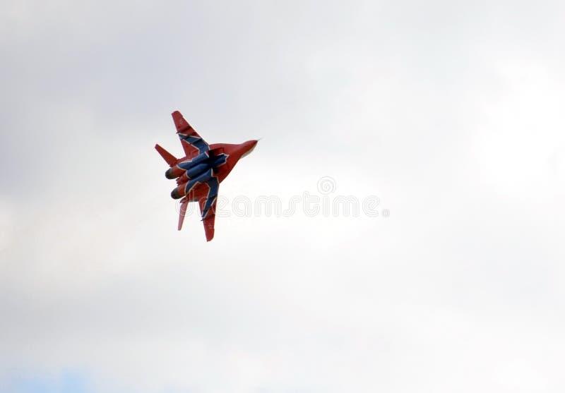 Lutador MiG-29 altamente manobrável de múltiplos propósitos da equipe aerobatic de Strizhi sobre o aeródromo de Myachkovo fotos de stock