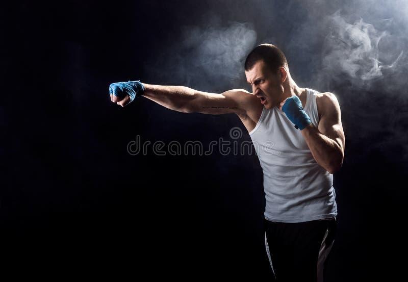 Lutador misturado de vencimento feliz das artes marciais que perfura no fumo imagem de stock royalty free