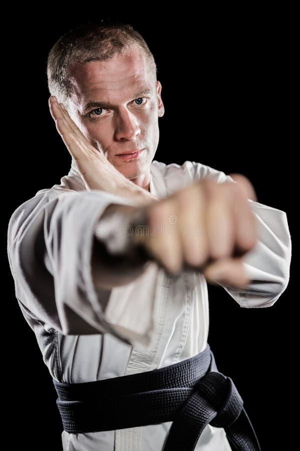 Lutador que executa a posição do karaté foto de stock royalty free