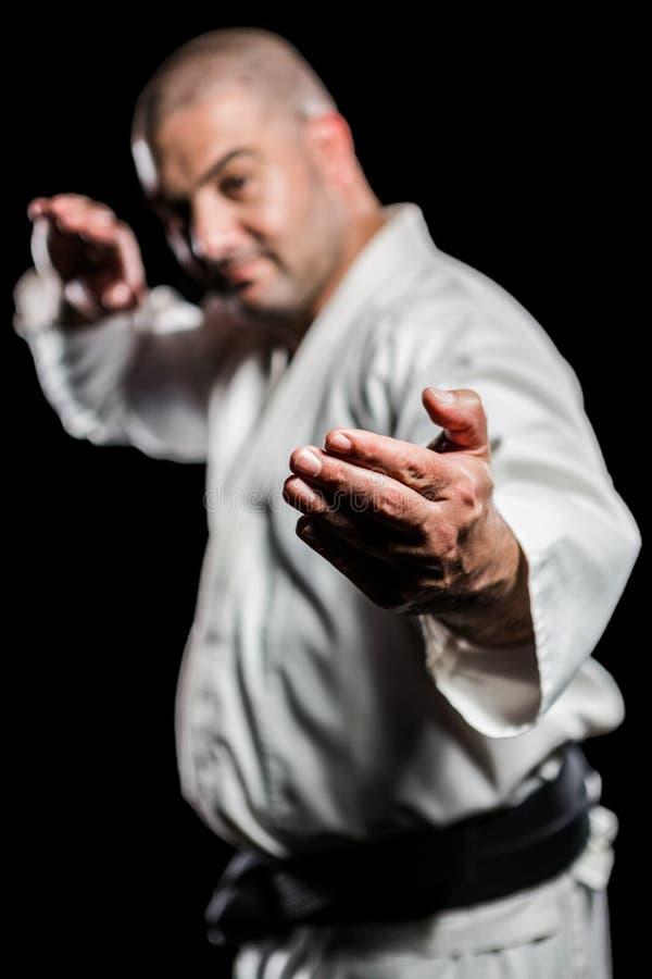 Lutador que executa a posição do karaté imagens de stock