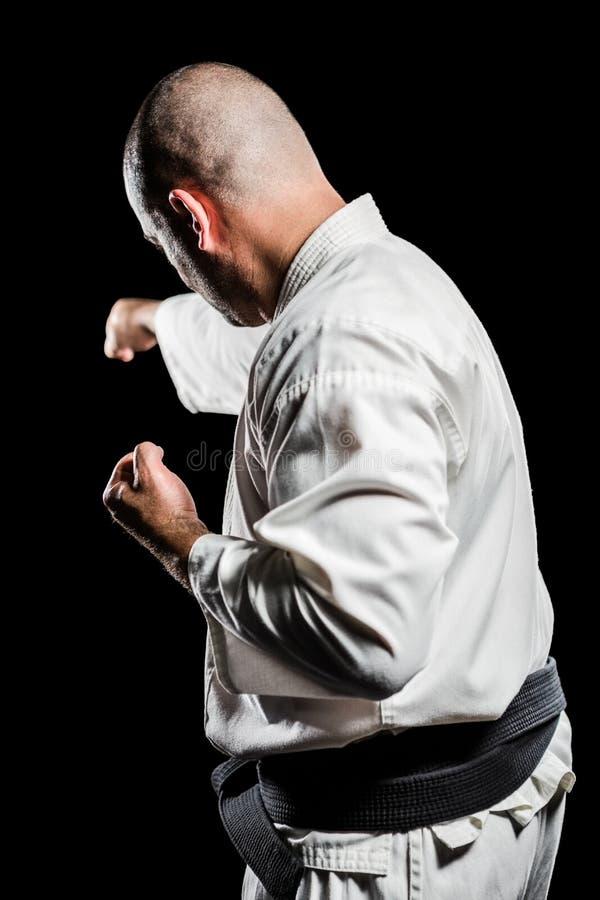 Lutador que executa a posição do karaté fotos de stock royalty free