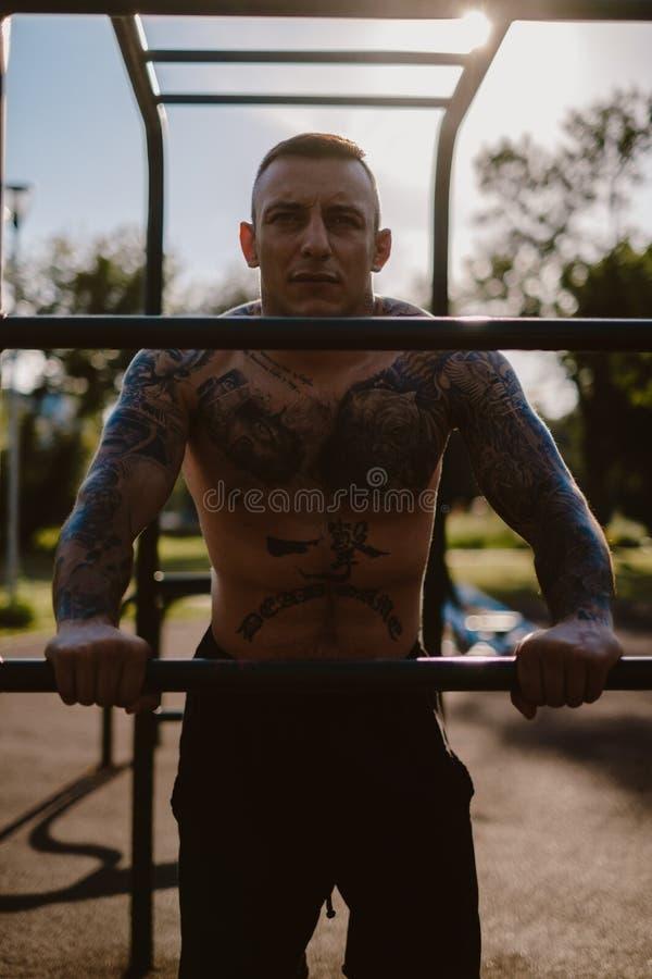 Lutador Tattooed que descansa em um gym exterior imagens de stock