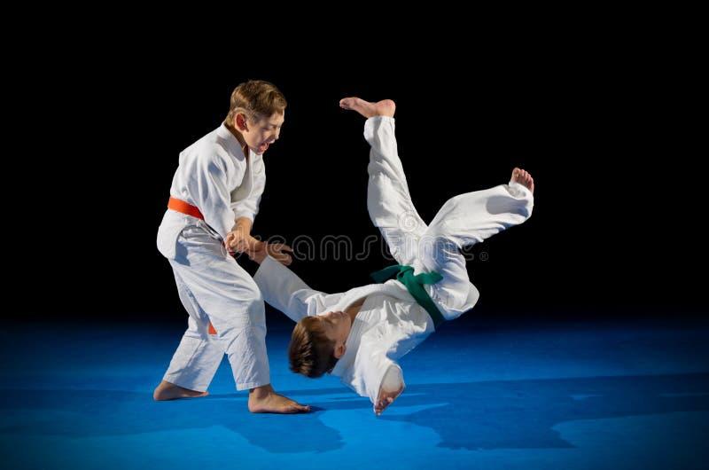 Lutadores das artes marciais das crianças imagem de stock royalty free