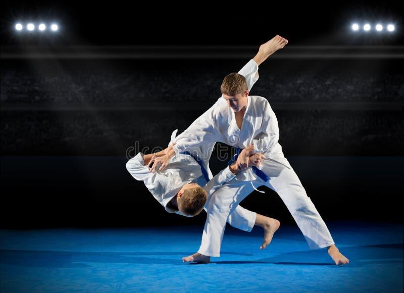 Lutadores das artes marciais dos meninos imagens de stock