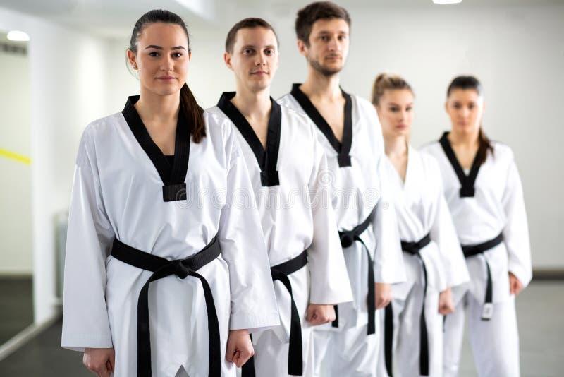 Lutadores de combate das artes marciais que mostram a disciplina alta imagens de stock royalty free