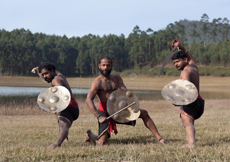 Lutadores indianos com espada e protetor - demonstração marital da arte de Kalaripayattu em Kerala, Índia foto de stock royalty free
