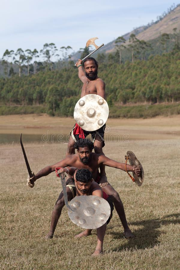 Lutadores indianos com espada e protetor - demonstração marital da arte de Kalaripayattu em Kerala, Índia imagens de stock