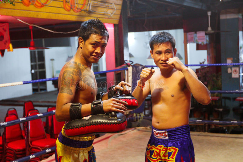 Lutadores tailandeses de Muay no anel antes da luta imagens de stock