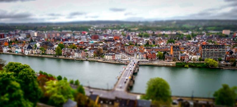 Lutande-förskjutning panorama- flyg- sikt av Namur, vårdag arkivbilder