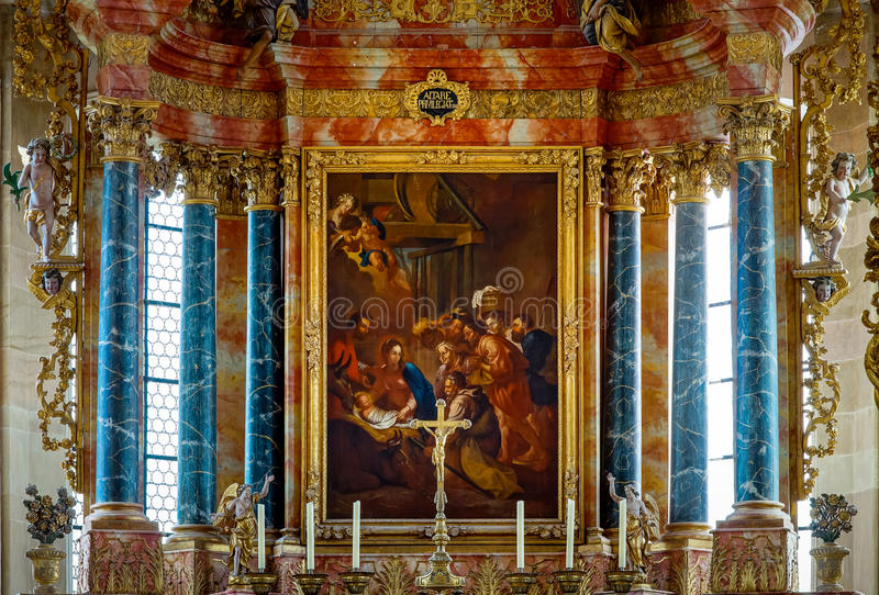 Lutande-förskjutning sikt av den kyrkliga inomhus inre royaltyfria foton
