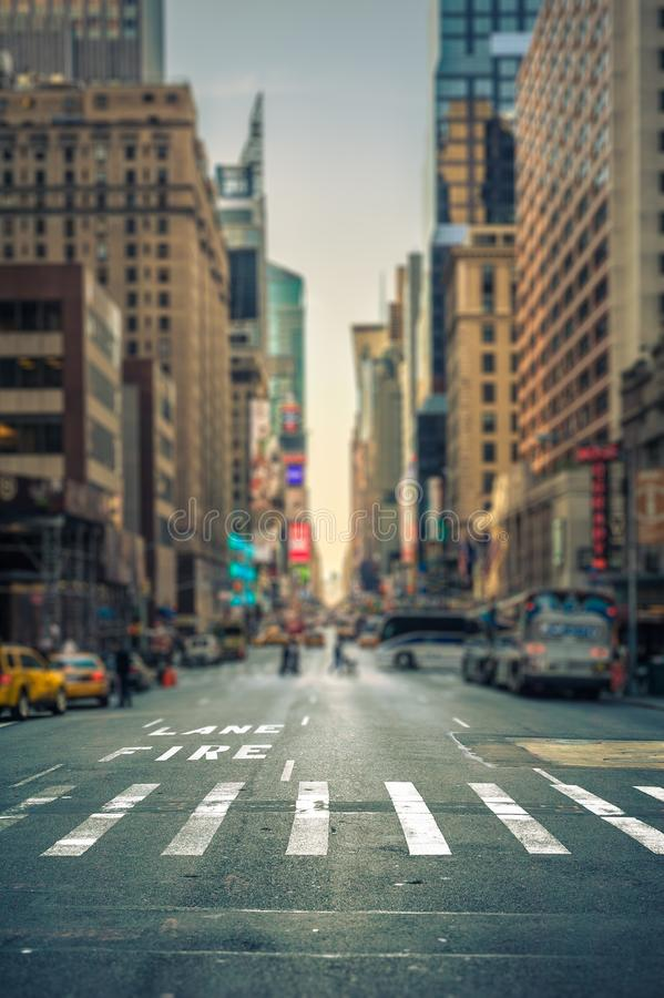 Lutande-förskjutning sikt av en övergångsställe i en New York City aveny royaltyfri fotografi