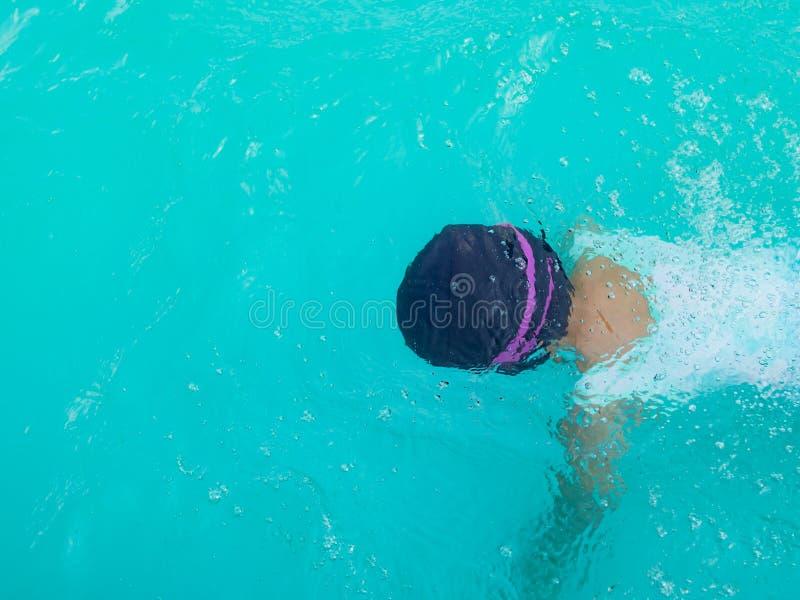 Lutande simning för flickabarn på sommar royaltyfri fotografi