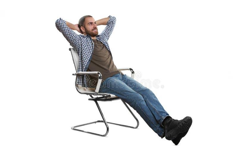 Lutande tillbaka i en stol royaltyfri bild