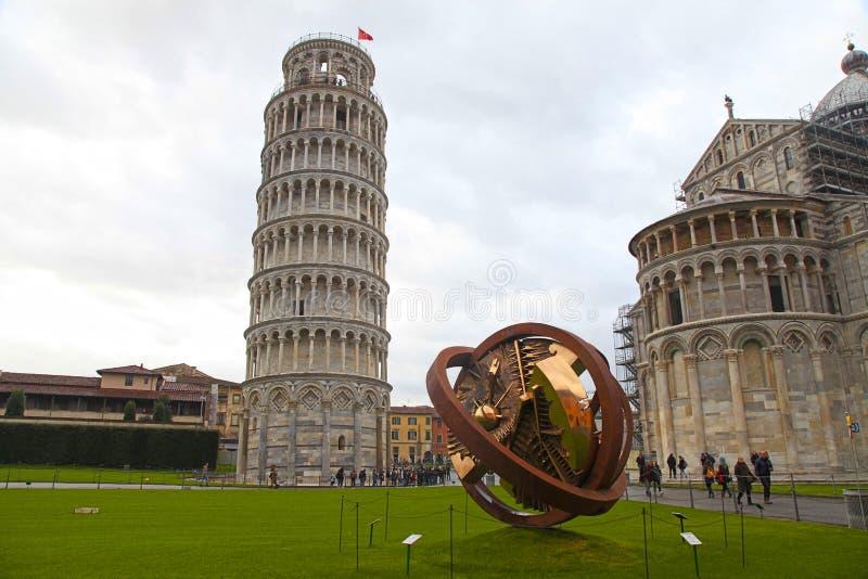 Lutande torn av Pisa och modern skulptur på fyrkant av mirakel royaltyfri foto