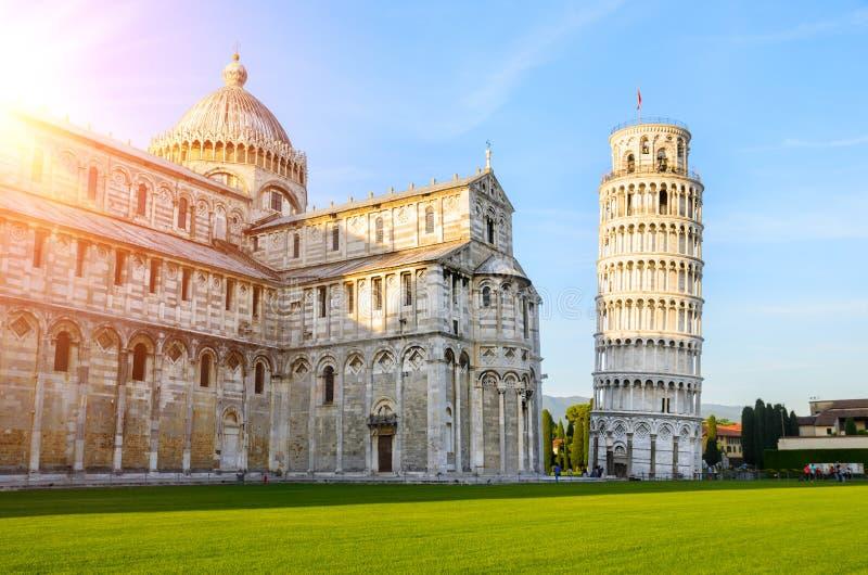 Lutande torn av Pisa på solnedgången fotografering för bildbyråer