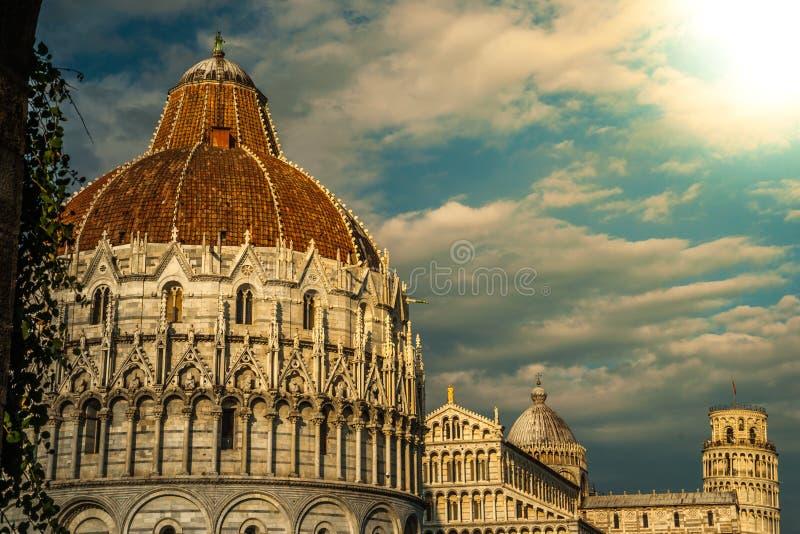 Lutande torn, Baptistery och Duomo, piazzadei royaltyfria foton