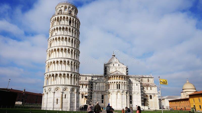 Lutande torn och domkyrka av Santa Maria Assunta i piazzadeien Miracoli också som är bekant som Piazza del Duomo med turister Pis royaltyfria foton