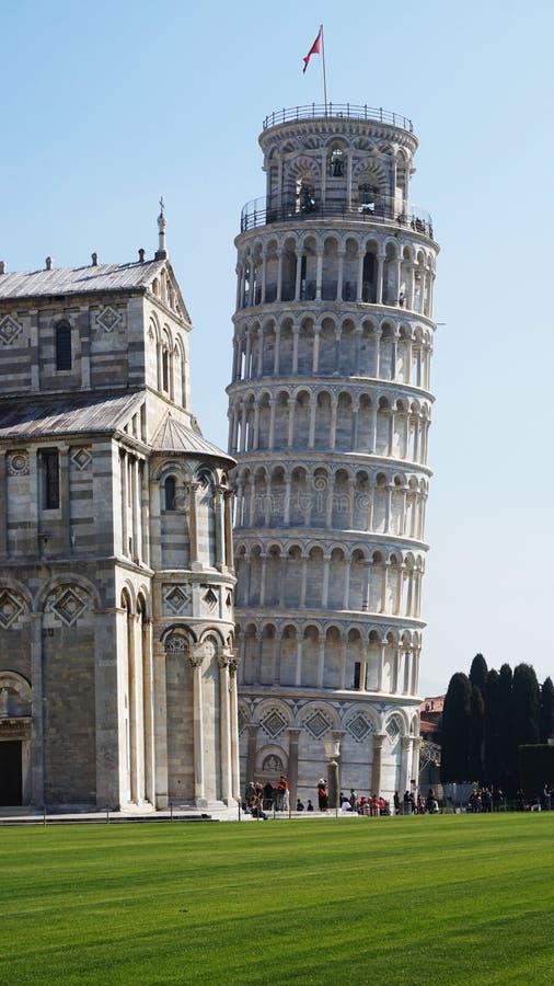 Lutande torn och domkyrka av Santa Maria Assunta i piazzadeien Miracoli också som är bekant som Piazza del Duomo, Pisa, Italien royaltyfri foto
