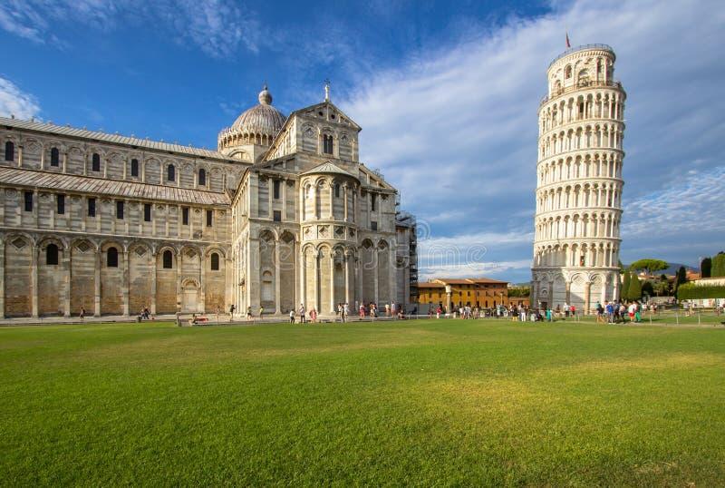 Lutande torn och Pisa domkyrka, Pisa, Italien royaltyfri foto