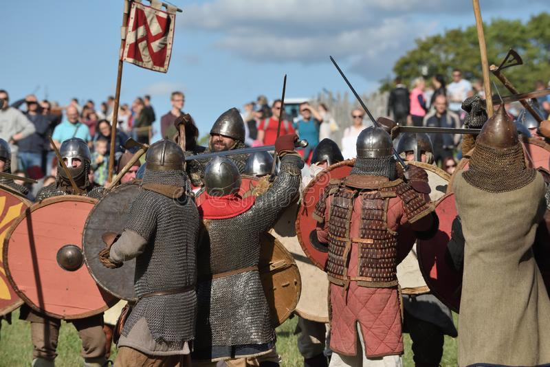 Lutas medievais no festival internacional da arqueologia experimental imagens de stock