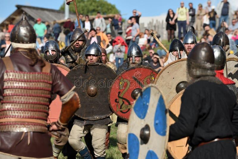Lutas medievais no festival internacional da arqueologia experimental imagens de stock royalty free