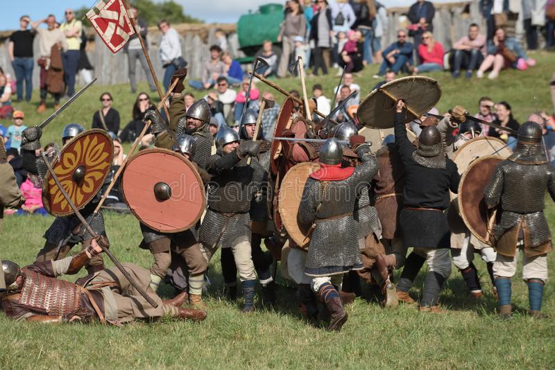 Lutas medievais no festival internacional da arqueologia experimental foto de stock