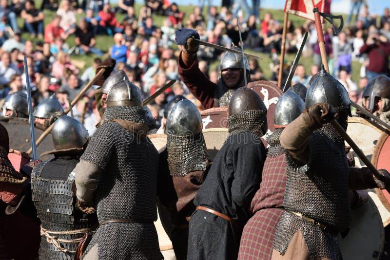Lutas medievais no festival internacional da arqueologia experimental fotografia de stock