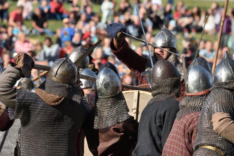 Lutas medievais no festival internacional da arqueologia experimental fotos de stock royalty free