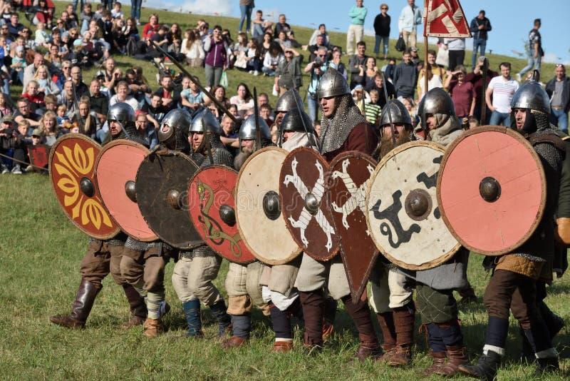 Lutas medievais no festival internacional da arqueologia experimental foto de stock royalty free