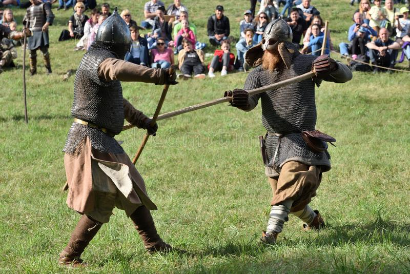 Lutas medievais no festival internacional da arqueologia experimental fotos de stock