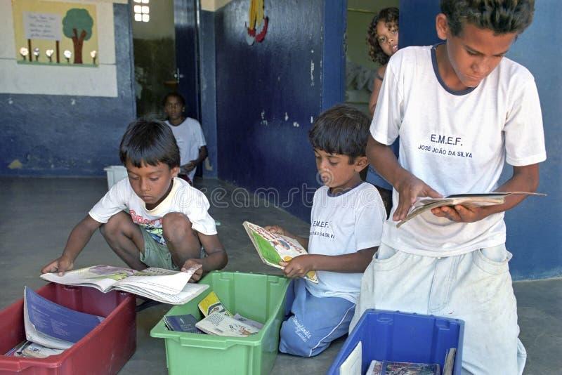 Lute contra o analfabetismo através da biblioteca móvel, Brasil imagem de stock royalty free
