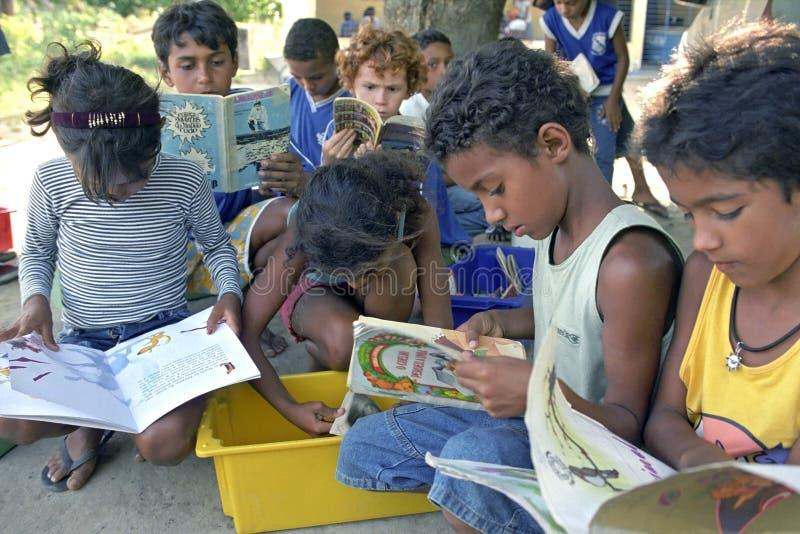 Lute contra o analfabetismo através da biblioteca móvel, Brasil imagem de stock