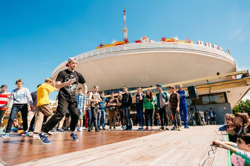 Lute equipes da juventude da dança no festival da cidade em Gomel, Bielorrússia fotografia de stock royalty free