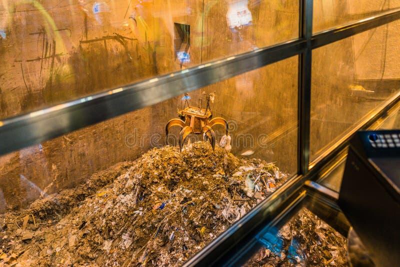 Lute o lixo de levantamento na planta da Desperdício-à-energia em Roskilde fotografia de stock