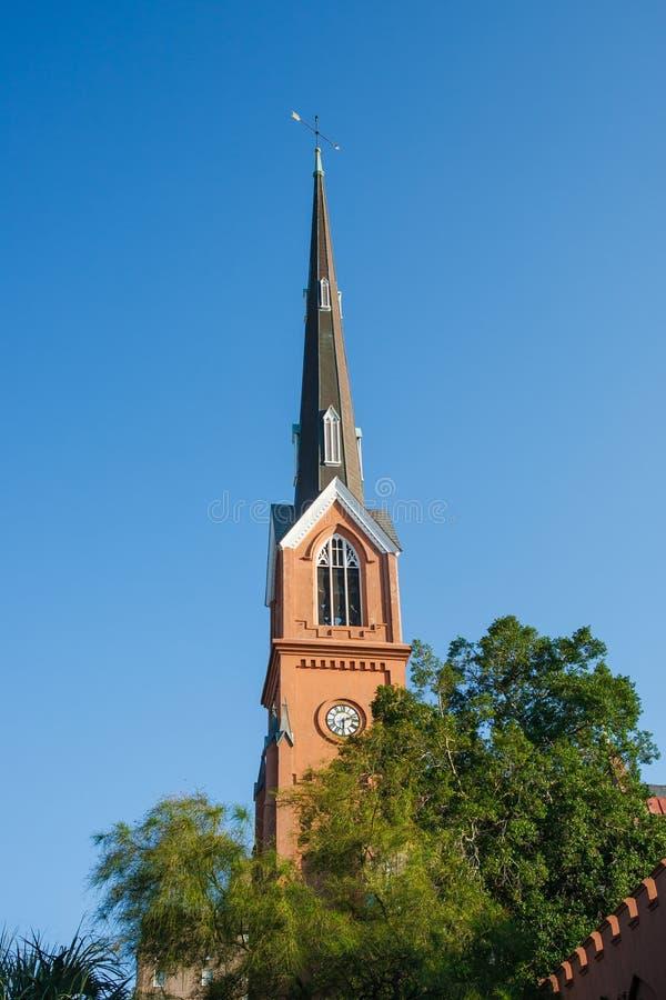 Luterańskiego kościół Steeple Pod niebieskimi niebami obraz stock
