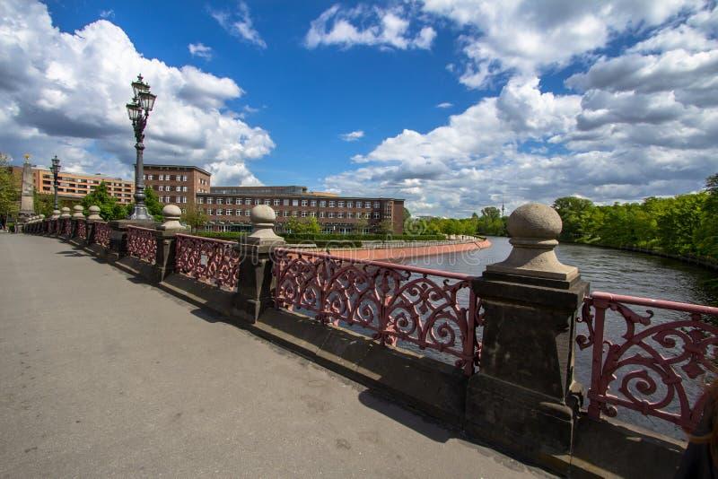 Luther Bridge over rivierfuif in Berlijn royalty-vrije stock afbeeldingen