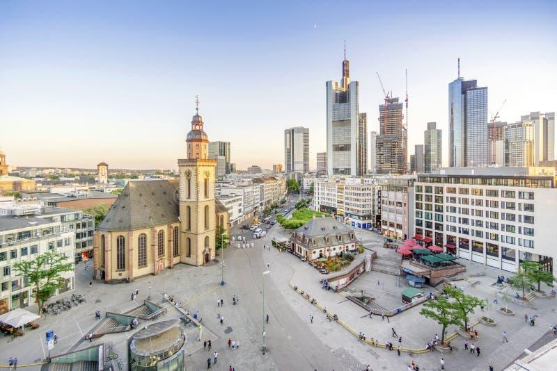 Lutherische Kirche und modernes Stadtzentrum mit Wolkenkratzern in Frankfurt nach Hauptleitung, Deutschland stockbilder