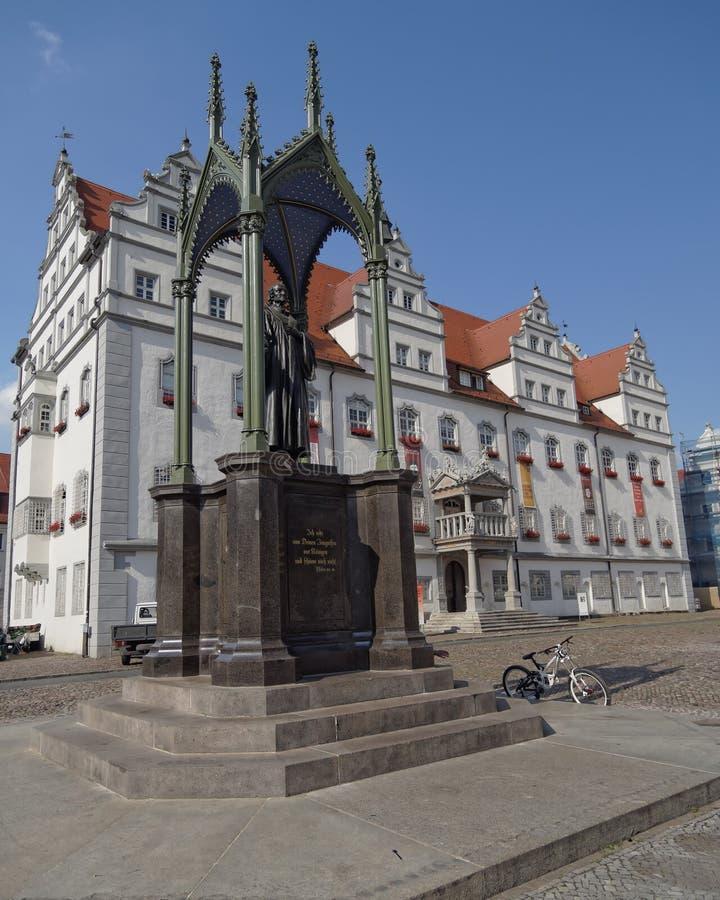 Lutherstandbeeld en het stadhuis van Wittenberg stock afbeelding
