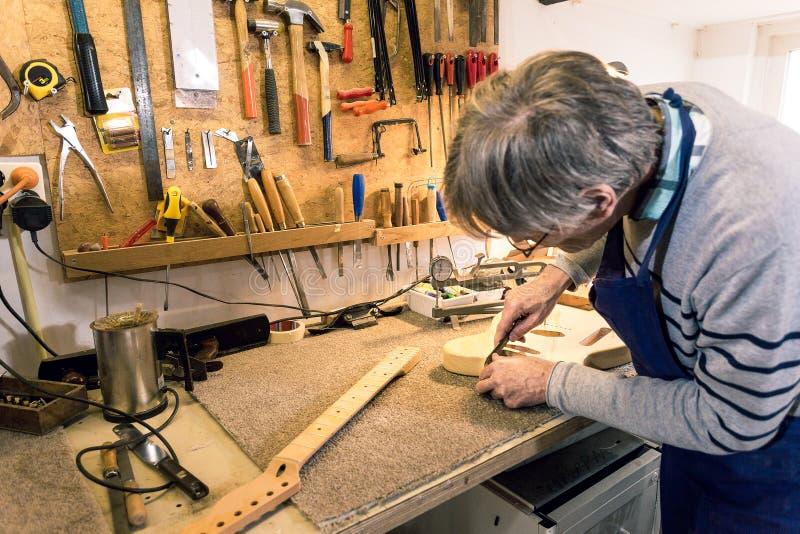 Luthier που αρχειοθετεί το neckpocket μιας ηλεκτρικής κιθάρας στοκ εικόνες με δικαίωμα ελεύθερης χρήσης
