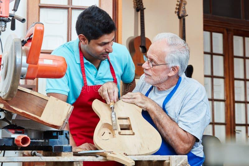 Luthier или создатель гитары с тренирующей стоковая фотография rf